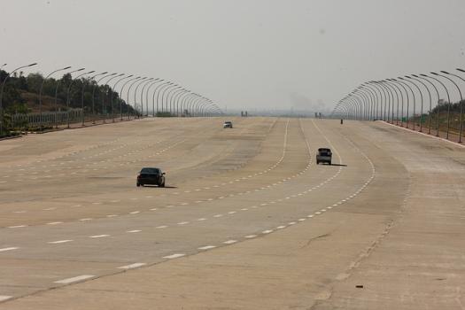 naypyidaw d'impressionnantes autoroutes