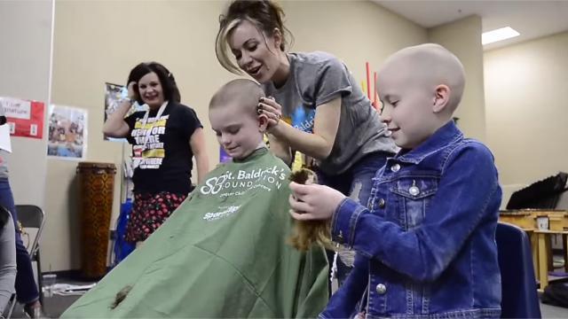 Emouvant : A 9 ans ils se rasent la tête en solidarité avec leur amiemalade