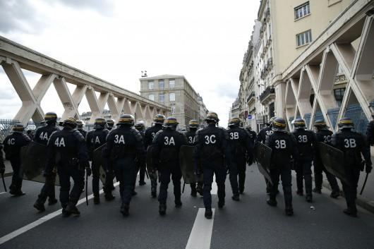Le coup de pied à la jeune femme en marge desmanifestations