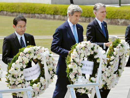 A Hiroshima, John Kerry, « profondément ému », réclame un « monde sans armes nucléaires»