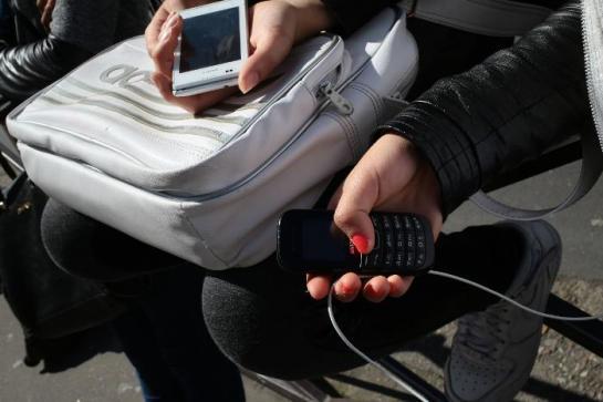 Les femmes et les jeunes ont été les principales victimes des 678 000 vols de téléphones portable recensés en 2014. Ce chiffre est en légère baisse par rapport à l'année précédente, selon l'enquête publiée ce mercredi par l'Observatoire national de la délinquance et des réponses pénales (ONDRP).   Ces vols frappent 1,5 % des possesseurs de ces appareils.   La proportion de victimes chez les jeunes âgés de 14 à 25 ans est beaucoup plus élevée avec un taux qui grimpe à 4,1% alors que dans les autres tranches d'âge il est de 1,5% chez les 26-45 ans et 0,5% chez les plus de 45 ans.   Autre phénomène : par rapport à 2013, les femmes sont désormais davantage concernées que les hommes par ces vols de portable. Selon l'ONDRP, le taux est en moyenne de 1,6% contre 1,3% pour les hommes.   Toutefois, ces chiffres restent véritablement difficiles à établir avec précisions. L'ONDRP relève qu'entre 2009 et 2015, 58% seulement des victimes de vols de téléphone portable l'ont signalé à la police ou la gendarmerie.  La «fauche» de téléphone se fait sans violence dans les trois quarts des cas (73 %).Le voleur profite souvent de l'absence de sa victime dans près d'un tiers des faits. Les vols à une terrasse de café ou au cinéma représentent aussi 28 % de cesdélits