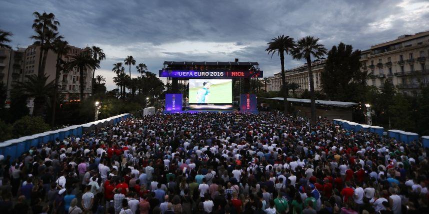 C'est foot : Fan zone de Nice : il cache un fumigène dans son rectum et brûle deuxpersonnes