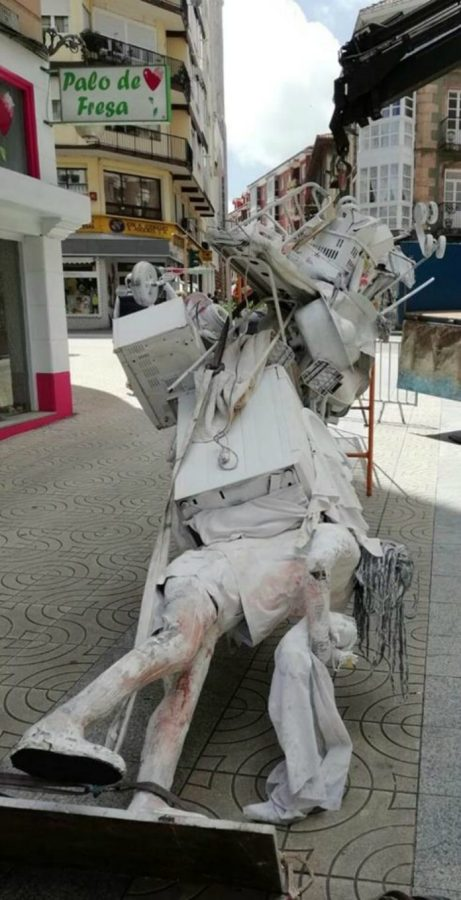 Coup de cœur : femmes croulant sous le poids des taches ménagères, une statue espagnole l'illustre…..